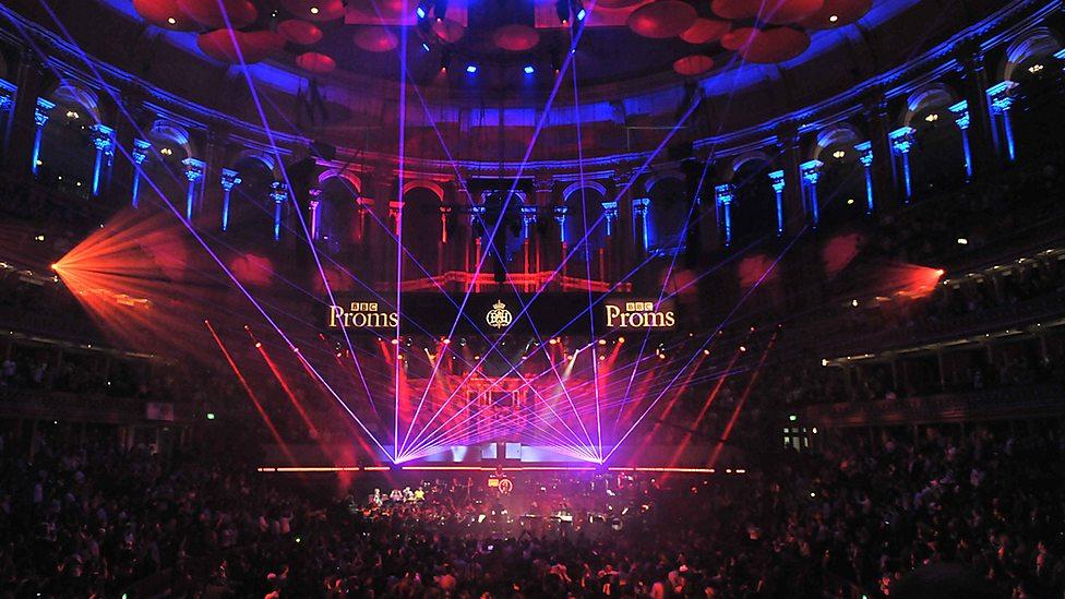 [VIDEO] Peste 20 de track-uri electronice care au făcut istorie în interpretarea live a unei întregi orchestre!