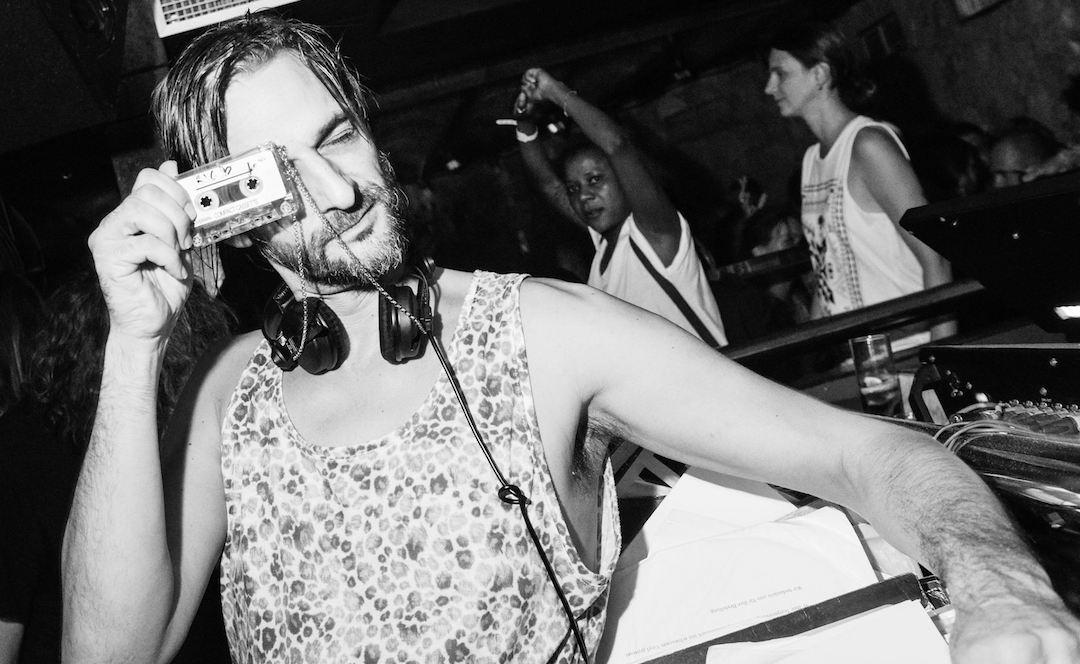 GHID pentru DJs: Cum s-o arzi ca Villalobos în pupitru, în 3 gif-uri exemplificatoare